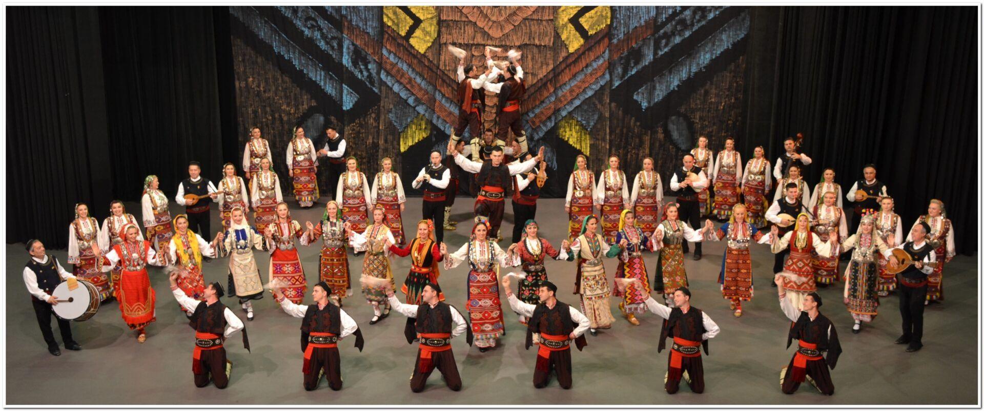 Фолклорен ансамбъл - поклон, сцена, публика