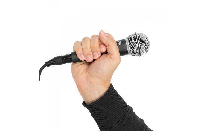 Ръката, която държи микрофона изпълнява ролята на стойка